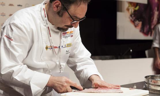 Paolo Lopriore  in auditorium, mentre prepara il cavedano