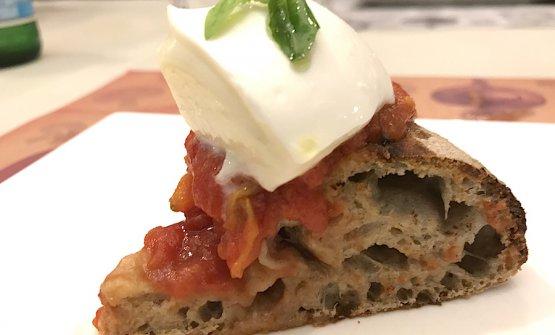 """Uno spicchio di pizza Bufalina: Pomodoro San Marzano """"Terra Amore e Fantasia"""", Mozzarella di Bufala Campana DOP, basilico fresco. Impasto idrolisi e per completare la bontà olio pugliese Intini, fruttato 2017"""