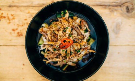 Pollo stracciato cotto a vapore marinato in salsa al peperoncino e pepe di Sichuan