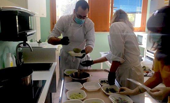 Giacomo Sacchetto mentre cucina per l'ospedale di Grezzana