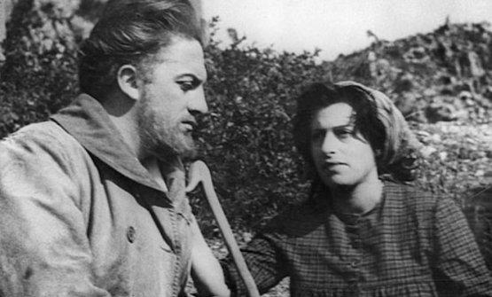 Federico Fellini e Anna Magnani mentre recitano nel film L'Amore, a Furore