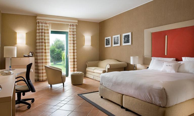 97 le camere e suite, ognuna con terrazzo o patio nel verde
