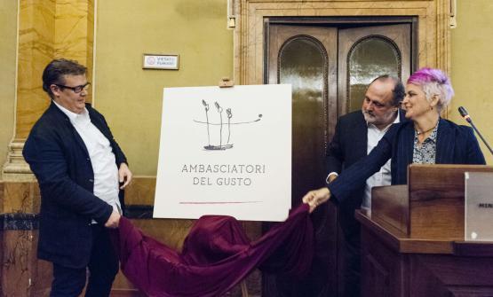 Alessandro Gilmozzi, Paolo Marchi e Cristina Bowerman presentano il logo dell'associazione Ambasciatori del Gusto