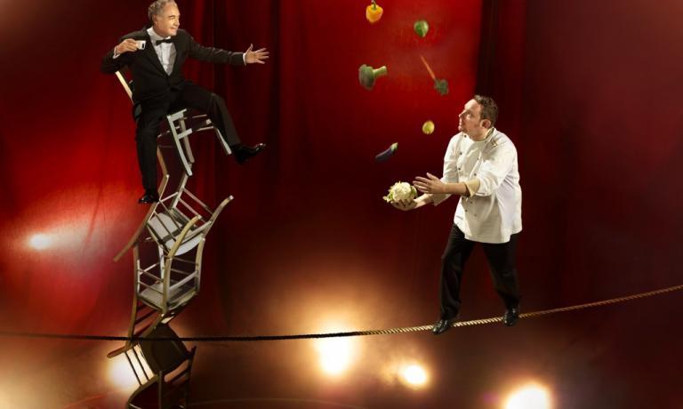 Ferran e Albert Adri� secondo Inspiring Chefs, progetto fotografico firmato lo scorso anno da Martin Schoeller per Lavazza. Immagine profetica: gli Adri� stanno per aprire a Ibiza un locale che coniugher� cibo e show, insieme a quelli del Cirque du Soleil