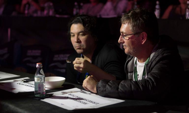 Gaston Acurio e Andoni Luis Aduriz mentre assaggiano un piatto proposto durante la lezione di Alex Atala