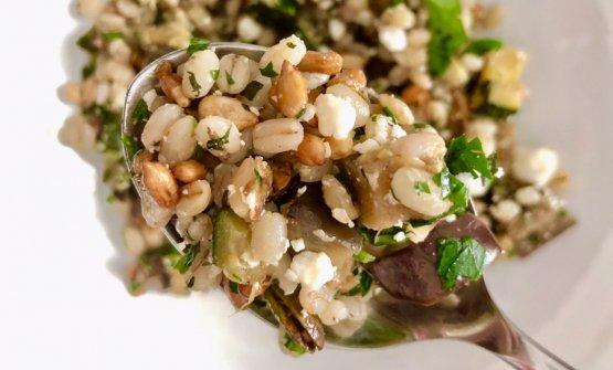 Orzo di Podere Pereto alle erbe con le prime verdure, ricotta salata, pistacchi e semi di girasole caramellati