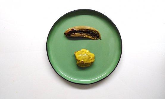 """Agnello """"cacio e ovo"""", insalata aromatica forte- Il taglio scamone d'agnello, cotto in varie tecniche (ad esempio nel suo grasso per assorbimento), fa un passaggio sulla brace e glassato su una spuma di uova e limone. La lattuga, accostamento in Abruzzo molto frequente con la carne, è moderata nel burro, passata in roner per ammorbidirne le fibre a una temperatura controllata e poi brasata. Infine, è condita con il fondo di arrosto d'agnello e qualche goccia di yuzu: diventa in sostanza un lattughino molto aromatico che va a temprare i sapori decisi e sapidi dell'agnello, del cacio e dell'uovo"""