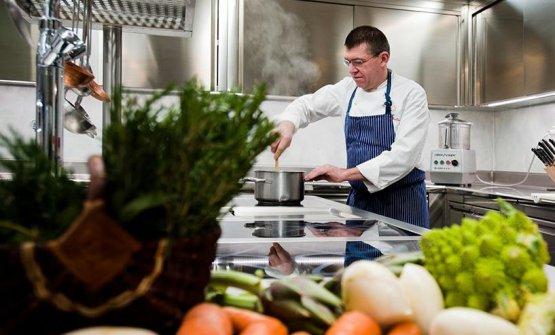 Agostino Buillas nella cucina del Cafè Quinson, c