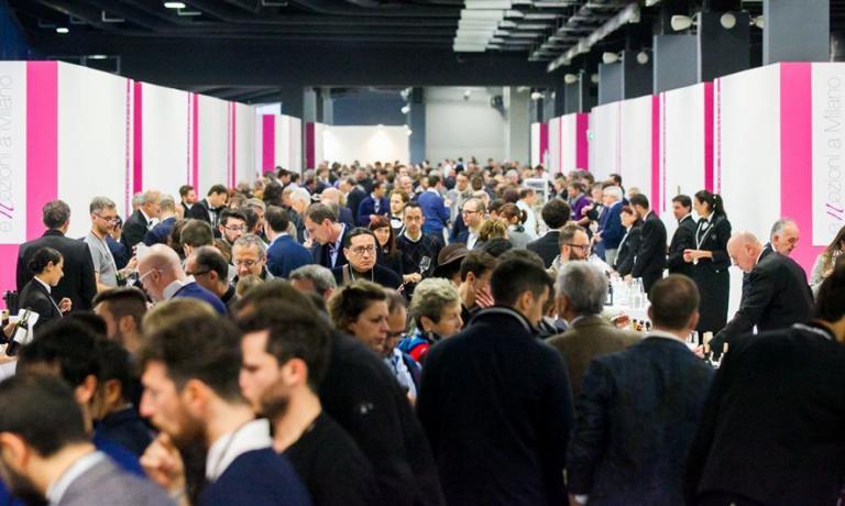 Folla alBanco di Assaggio delle eccellenze italiane e del mondo, nel The Mall. Oggi si replica, il programma è a questo link