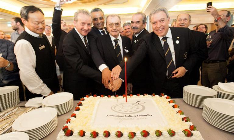 Taglio della torta per il 50 anni dell'Associazion