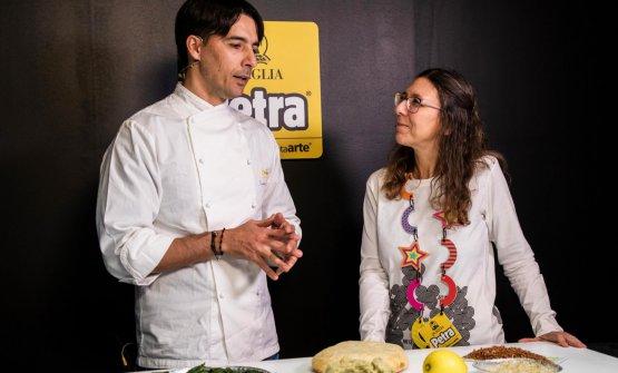 Friedrich Schmuck con Cristina Viggè al Sigep di Rimini, mentre prepara la pizza Scacco Macco. Foto di Enrica Guariento