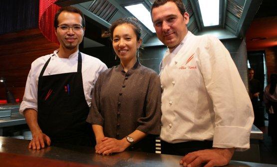 Da destra a sinistra, lo chef patronAlbert Raurich, la moglie sommelierTamae Imachie l'executive chefTakeshi Somekawa di Dos Palillos, Barcellona, una stella Michelin (foto Barcelona Navigator)