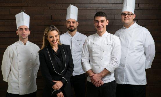 Rigels Tepshi, secondo da destra, con Annalisa Magri e la brigata: Isac Bonandini, il sous chef Carlo Sarchi e Paolo Nichele(foto Alberto Blasetti)