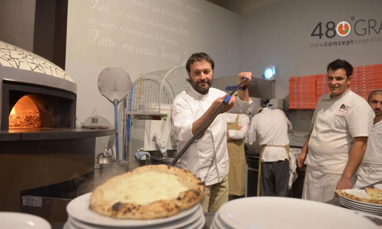 Lo chef Ugo Alciati mentre sforna pizza al 480 Gra