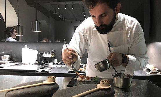 Alessandro Miocchi, uno dei due chef e soci del Retrobottega, mentre rifinisce una proposta basata su un gioco tra patè di fegatini di pollo e uno scampo crudo e glassato