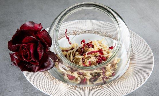 I 'Girini', briciole di pasta buttata con petali di radicchio di campo, salsiccia sgrassata, grani del melograno