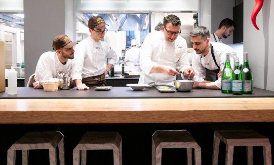Al lavoro con Simone Maurelli, che proprio in questi giorni si sta insediando come nuovo resident chef di Identità Golose Milano. Abbiamo raccontato l'avvicendamento con Alessandro Rinaldi in questo articolo