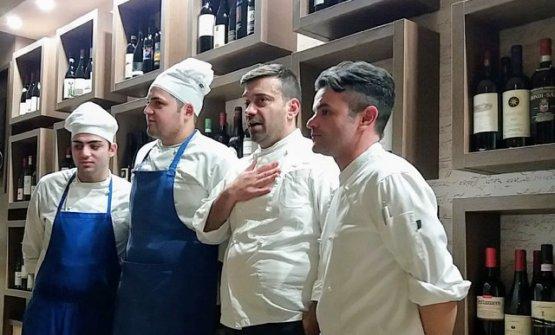 Crisci, secondo da destra, con la sua brigata di cucina