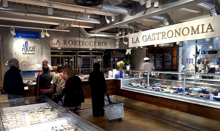 L'angolo dedicato, al primo piano di Eataly Smeraldo a Milano, alla rosticceria e alla gastronomia di Alice, il ristorante al secondo piano di Viviana Varese e Sandra Ciciriello, uno spazio inaugurato da poco dove le titolari di Alice propongono una varietà di proposte che tocca le 70 referenze