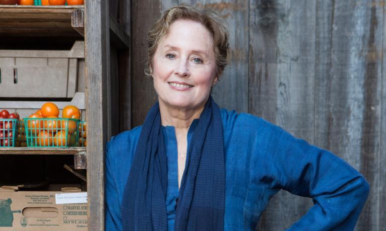 Seconda parte della nostra intervista con Alice Waters, proprietaria di uno dei più celebrati ristoranti degli Stati Uniti, Chez Panisse, e spesso chiamata l'inventrice della cucina californiana. Ma la Watersda molti anni è anche e soprattutto impegnata a interpretare e a insegnare una filosofia alimentare alternativa e sostenibile