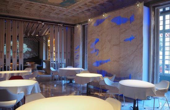 Dopo 13 anni ininterrotti nel quartiere Gracia di Barcellona, Alkimia ha riaperto da pochi giorni all'interno di Fábrica Moritz, in pieno centro città. Comprende anche Alkimia unplugged, una cucina di prodotto più quotidiana firmata sempreda Jordi Vilà, un mago nella cucina del pesce e frutti di mare