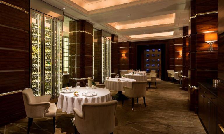 Alyn Williams, il ristorante dell'hotel Westbury di Londra:16 tavoli per una cinquantina di coperti al massimo. Lo chef è tra i relatori di Identità Milano 2016, domenica 6 marzo per Identità Naturali