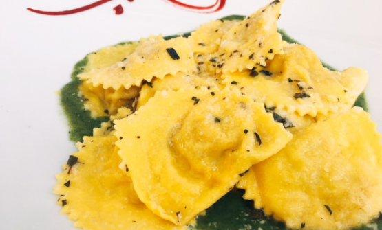 Amarilli di pasta ripiena al culatello di Zibello Dop e fonduta alle ortiche