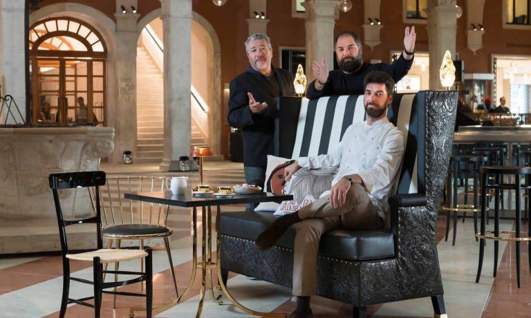 Massimiliano(seduto) eRaffaele Alajmocon, sulla sinistra, il designerPhilippe Starck: sono i tre protagonisti, con l'executive chefSilvio Giavedoni, diAmo, il nuovo ristorante targatoAlajmoche ha aperto a Venezia