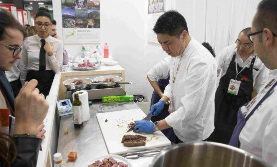 Nobuya Niimori al lavoro allo stand della Prefettura di Gunma