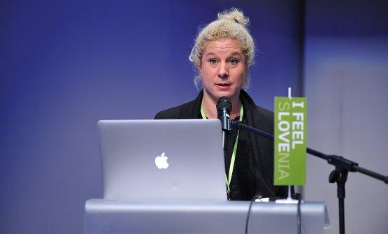 Ana Ros sul palco della conferenza che ha aperto i