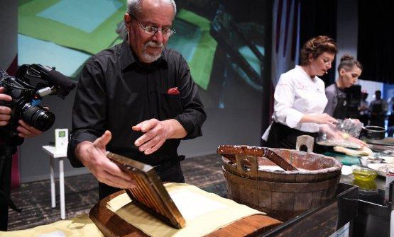La fabbricazione della carta di Fabriano, sul palco. A destra, Serena D'Alesio