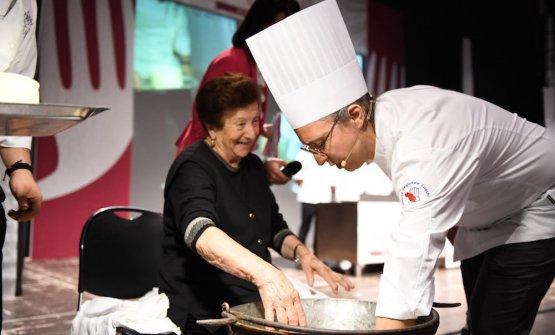 Enrico Mazzaroniprepara ilcasciottucon ziaGina, a Meet in Cucina Marche
