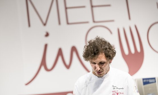 Enzo Di Pasquale, chef del Bistrot 900 a Giulianova (Teramo) fotografato sul palco di Meet in Cucina Abruzzo 2018, la kermesse organizzata da Massimo Di Cintio che è un termometro perfetto per capire l'evoluzione di quella cucina regionale
