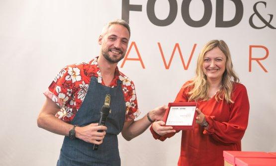 Andrea Arcaini del Rita's Tiki Room premiato come Best Bartender under 35 da Anna Maschio di Bonaventura Maschio