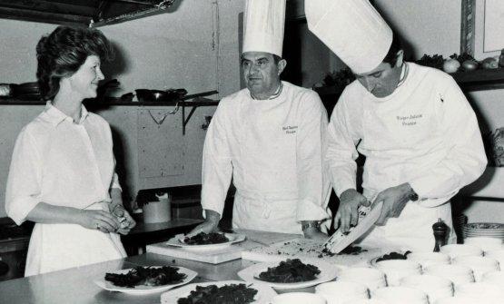 Il grande Paul Bocuse con il suo chef Roger Jaloux e Annie Féolde nella cucina dell'Enoteca Pinchiorri mentre prepara la famosa Soupe Gistard d'Estaign per la cena organizzata a Palazzo Antinori in collaborazione con Cantarelli ed Enoteca Pinchiorri