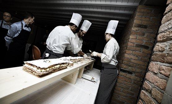 Pastry chef al lavoro, all'Antica Osteria Cera di Campagna Lupia, provincia di Venezia (le foto sono di Tobia Berti)