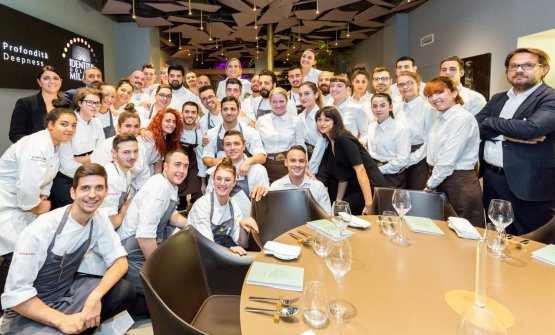 Foto di gruppo con le brigate di sala e di cucina