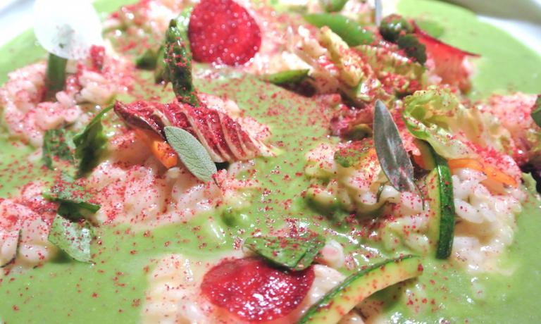 Il Riso in cagnone con verdure Maccagno e polvere di lampone, una creazione dello chef Antonio Guida nel ristorante Seta del Mandarin Oriental a Milano