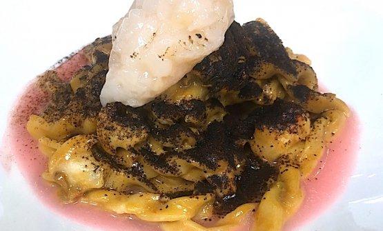 Sagne 'ncannulate con anemoni di mare, cozze, gamberi e limone nero, dello chef salentino Antonio Guida