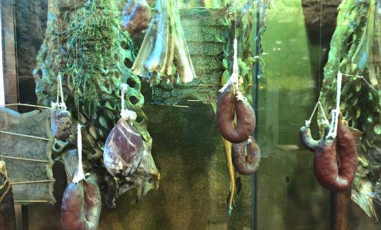 Un particolare della vetrina che accoglie i salumi di mare, alla vista del tutto uguali a quelli di maiale