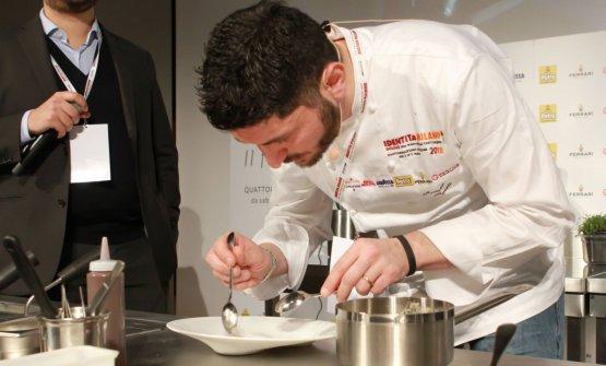Secondo da sinistra,Andrea Aprea, chef del Vundi Milano, col suo staff. A sinistra il moderatore della giornata di Identità Formaggio, Niccolò Vecchia