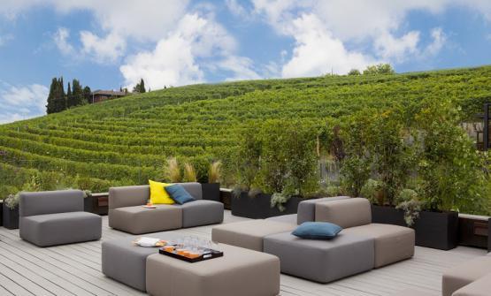 La terrazza sui vigneti (foto Helenio Barbetta)