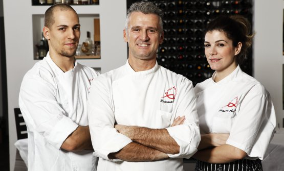 Al centro lo chef Massimiliano Capretta, col sous chef Edoardo Massari e la sorella Dalila, pastry chef del ristorante Arca