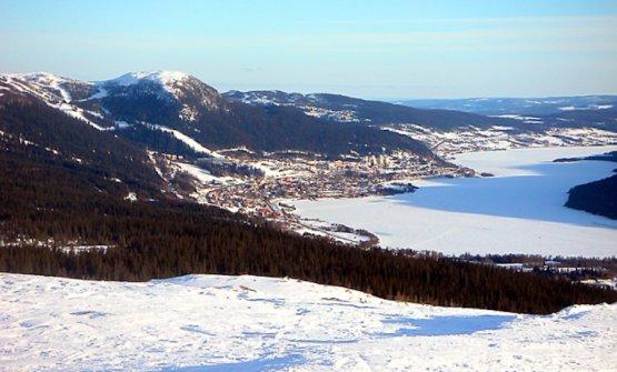 Una panoramica invernale di Are con i suoi monti e il suo lago. Foto David Castor