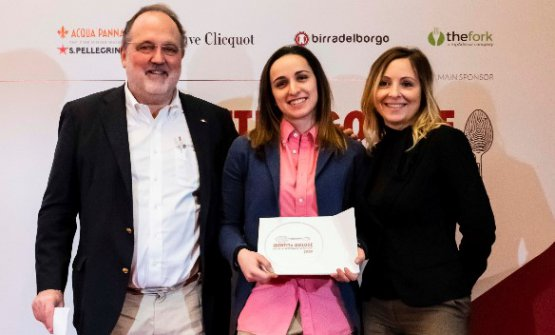"""Arianna Gatti premiata come """"Miglior sous chef"""" dalla Guida Identità Golose 2020, nella foto è tra Paolo Marchi e Cristina Mollame, brand manager di Surgital"""