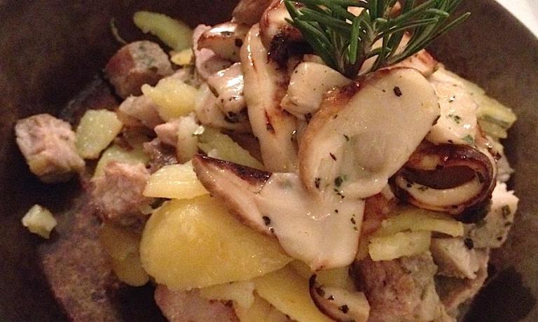 L'interpretazione che Roberto Piccolin fa del tradizionale groestl di carne, patate e funghi. Nel suo caso la scelta cade sul capocollo di maiale