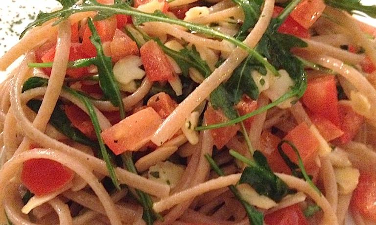 Le gustose Linguine di farro Felicetti Bio con pomodoro crudo, rucola e filetti di mandorle
