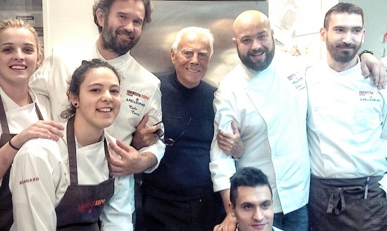 Foto di gruppo a Identità Expo, al centroCarlo Cracco, Giorgio Armani, Domingo Schingaro e, in basso, Gabriele Boffa