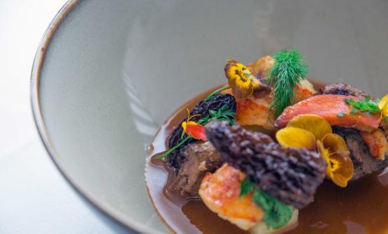 Astice vs fegato di coniglio con spugnole e brodetto è la ricetta 2017 di Alessandro Mecca, chef dello Spazio 7 di Torino