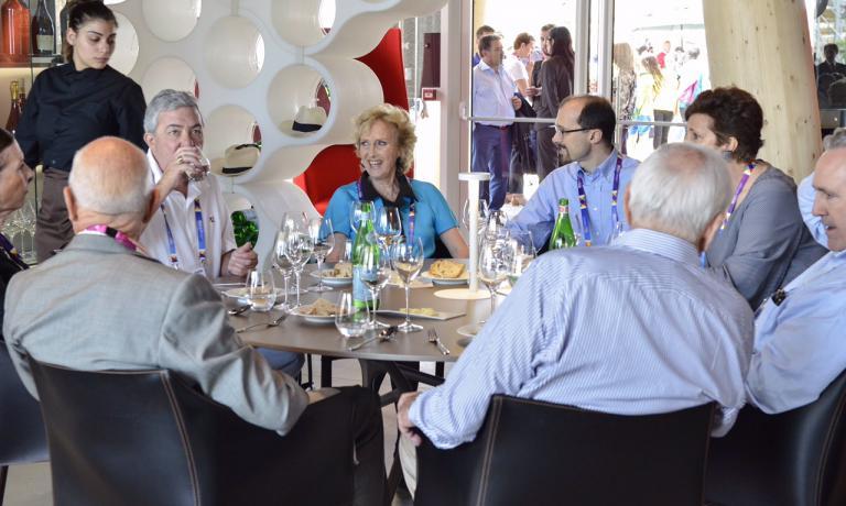 Bona Frescobaldi, al centro della foto, l'altro giorno durante il pranzo dei Friends of Fai a Identit� Expo, chef era Antonia Klugmann